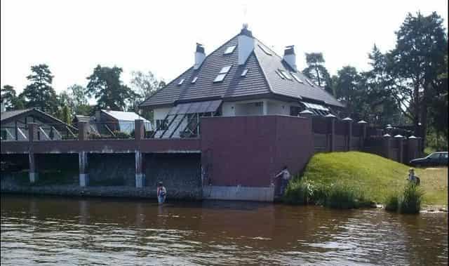 Дома строят незаконно у реки