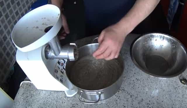Получаем пробойную икру сазана через мясорубку