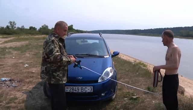 Рыбинспектор замеряет расстояние от реки до машины