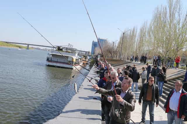 Рыбаки ловят воблу с набережной в Астрахани