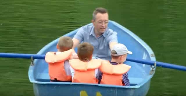 Спасательный жилет в лодке