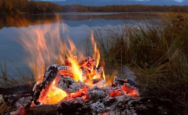 У костра на берегу реки - История рыбака