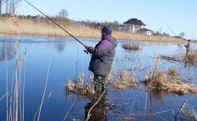 Нерестовый весенний запрет - только с берега и на поплавок или донку - в заброд нельзя