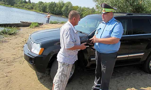 Штраф и протокол за машину на берегу водоёма в водоохранной зоне