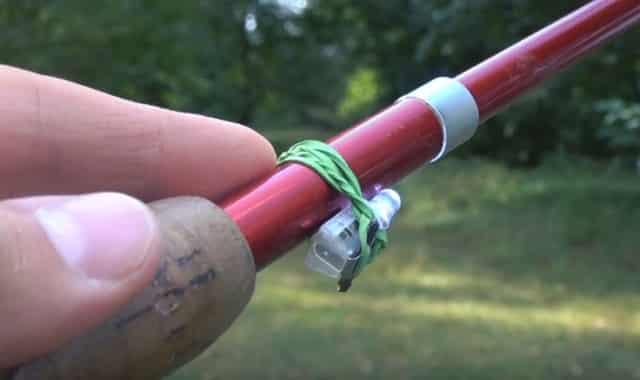 Самоделка для рыбалки №1 - Сигнализатор поклёвки из зажигалки с фонариком для донной снасти