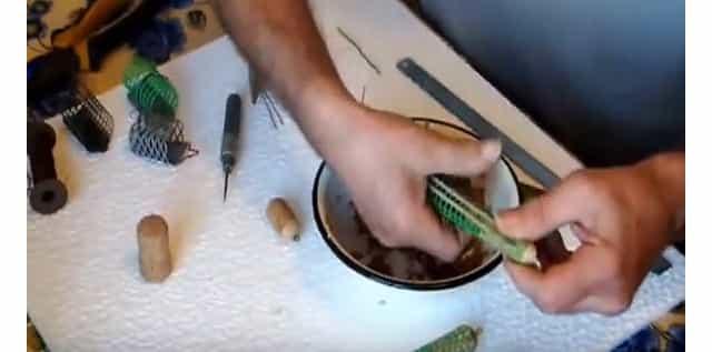 Как заправить эту необычную самодельную фидерную кормушку прикормкой