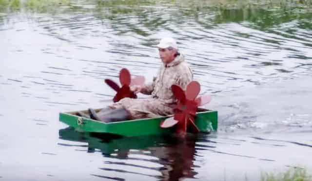 Безумная лодка с гребными колёсами для рыбалки, где вместо мотора – человек