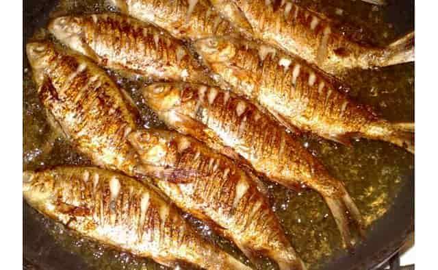 Рыбу жарять в большом количестве масла