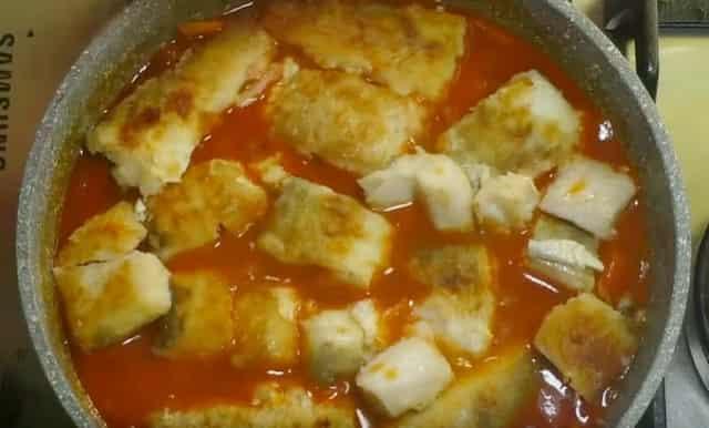 К тушеным овощам добавляю филе жареной рыбы без косточек
