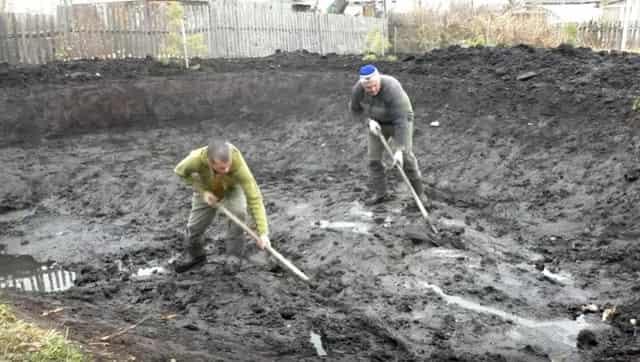 Копаем пруд в деревне на даче