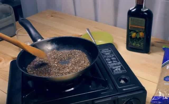 Жарить семена льна на сковороде