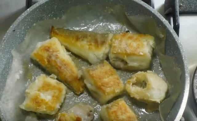 Жарю рыбу на пергаменте на сковороде