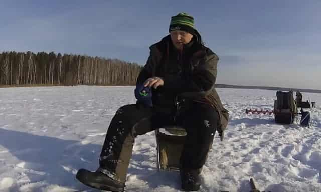Хитрый способ, как рыбачить зимой голыми руками