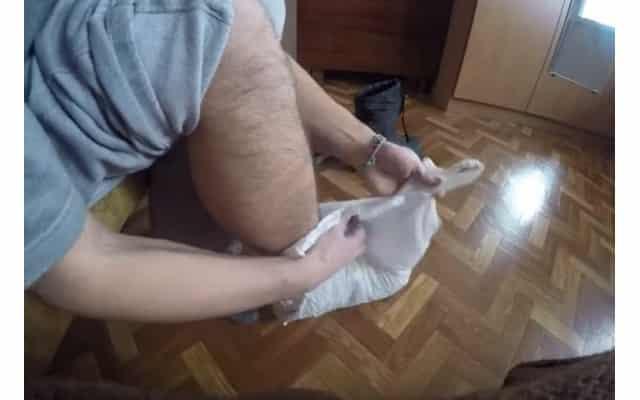 Пакетик поверх газетки на ногу