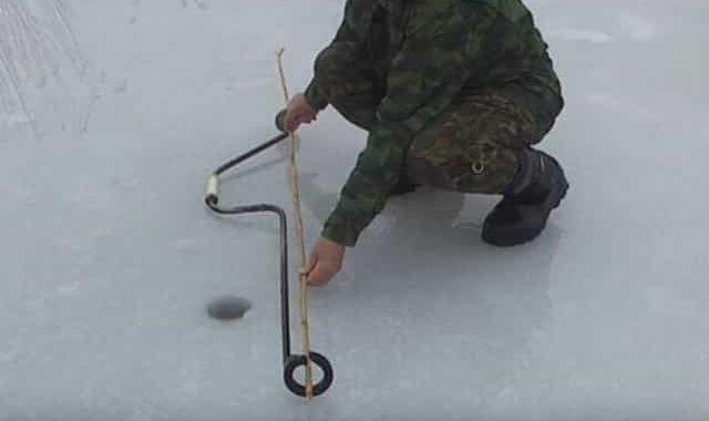 Рыбацкий самодельный ледобур, сделанный из одного кольца - работает по принципу рубанка