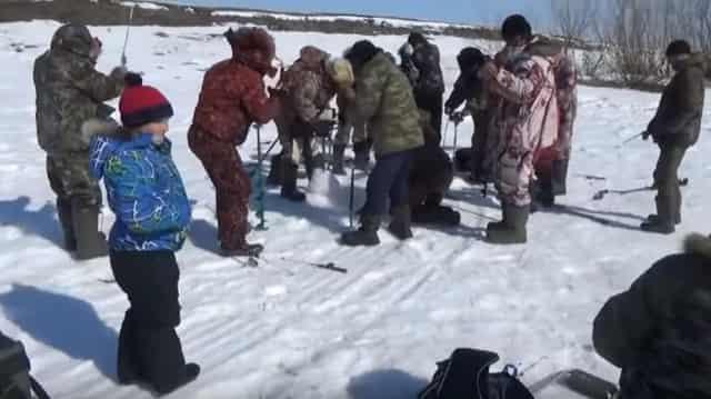 "Азарт на зимней рыбалке - атакуют ""поджопники"""