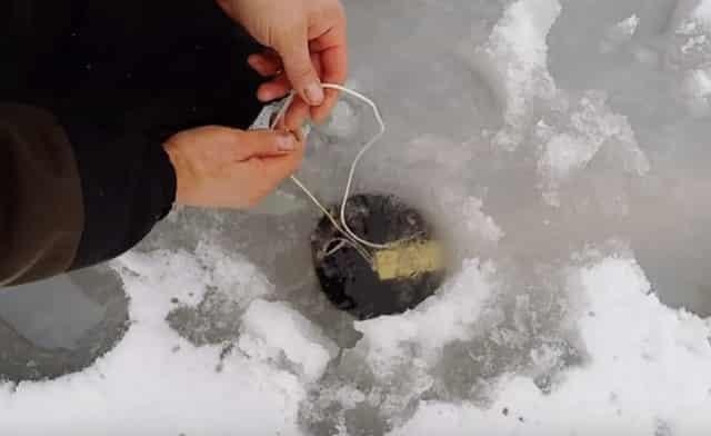 Как протянуть шнур подо льдом