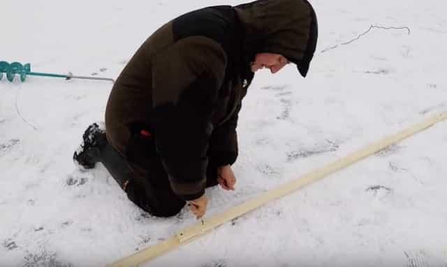 Протяжка шнура шестом подо льдом для установки сети