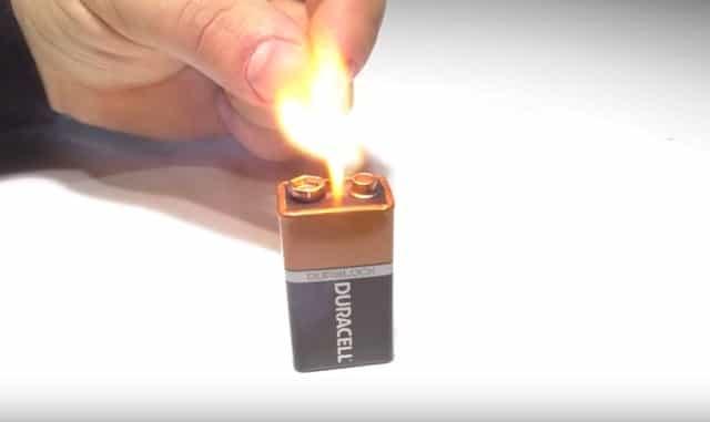 Как зажечь спичку батарейкой?
