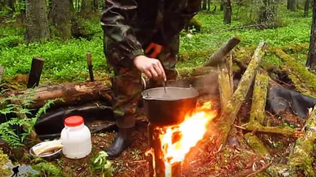 Полезный способ, как добыть огонь и разжечь костёр в сыром лесу