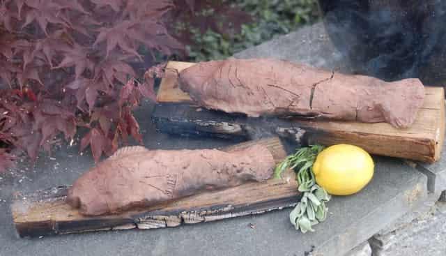 Готовим рыбу на природе в глине